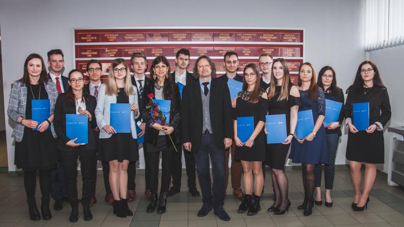 Stypendyści wraz prorektorem ds. kształcenia i studentów