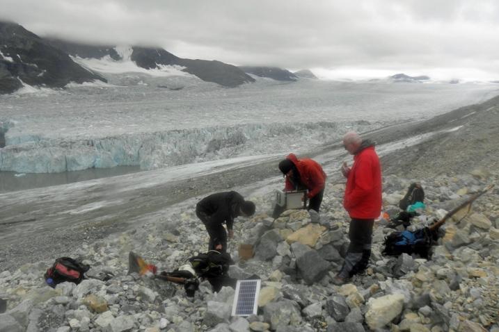 nstalacja automatycznej kamery monitorigującej front lodowca Paierlbreen uchodzącego do morza pod czujnym okiem prof. Jacka Jani