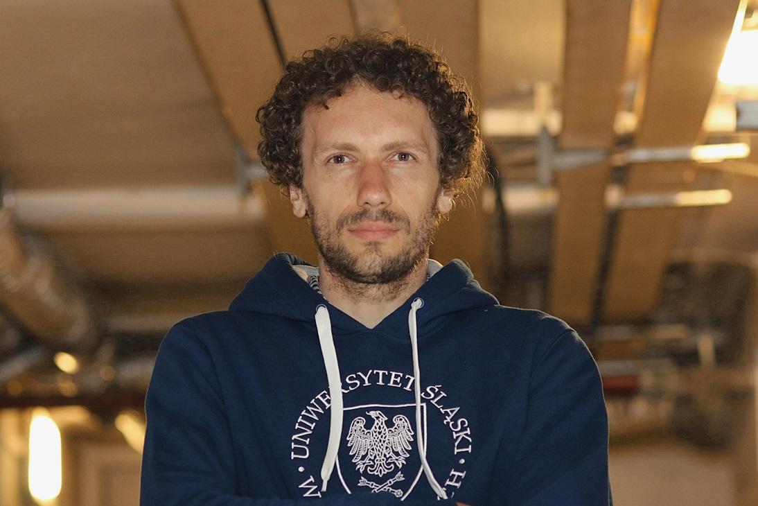 Zdjęcia portretowe mężczyzny stojącego z podziemiach jednego z budynków