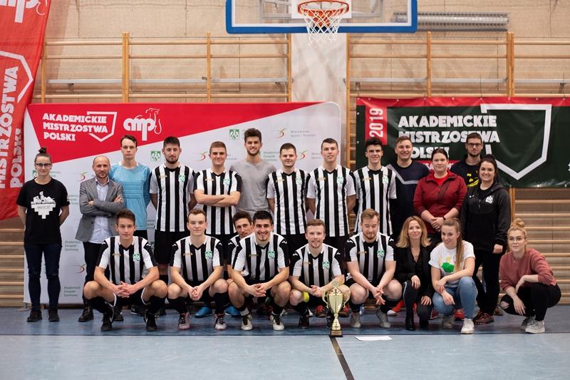 Reprezentacja Uniwersytetu Śląskiego wraz z organizatorami Akademickich Mistrzostw Polski w futsalu mężczyzn
