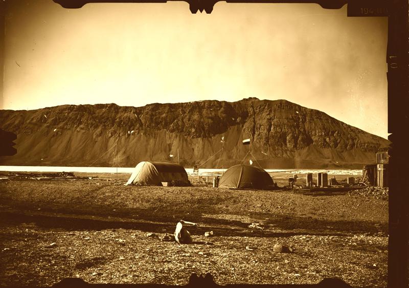 Baza pierwszej wyprawy Uniwersytetu Śląskiego na Spitsbergen w 1978 r. Widoczne namioty, chata traperska oraz stacja meteorologiczna