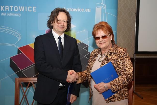 Na zdjęciu prorektor prof. Ryszard Koziołek oraz dyrektor VIII Liceum Ogólnokształcącego mgr Anna Dziedzic