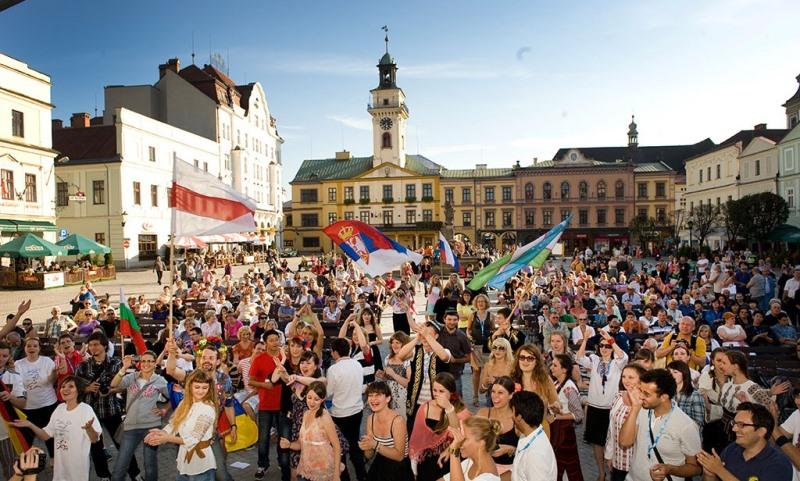 Uczestnicy Wieczoru Narodów zgromadzeni na rynku w Cieszynie