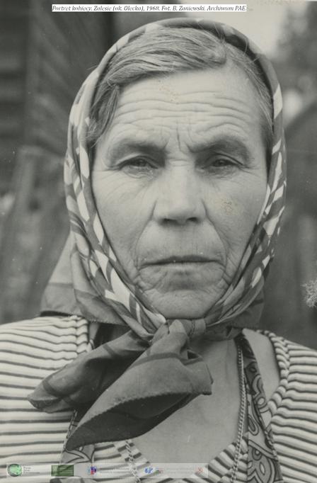Portret kobiety, która patrzy prosto w kadr etnografa