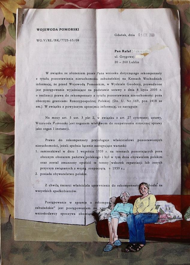 Jeden z obrazów dr hab. Joanny Wowrzeczki, prawie całą przestrzeń zajmuje zdjęcie dokumentu, którego autorem jest wojewoda pomorski. W prawym dolnym rogu siedzą na kanapie dwie kobiety.