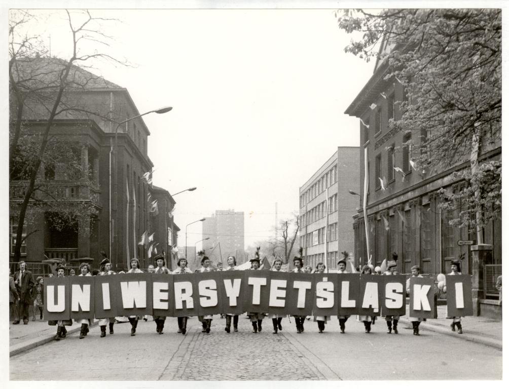 Zdjęcie archiwalne - grupa ludzi z planszami tworzącymi napis Uniwersytet Śląski