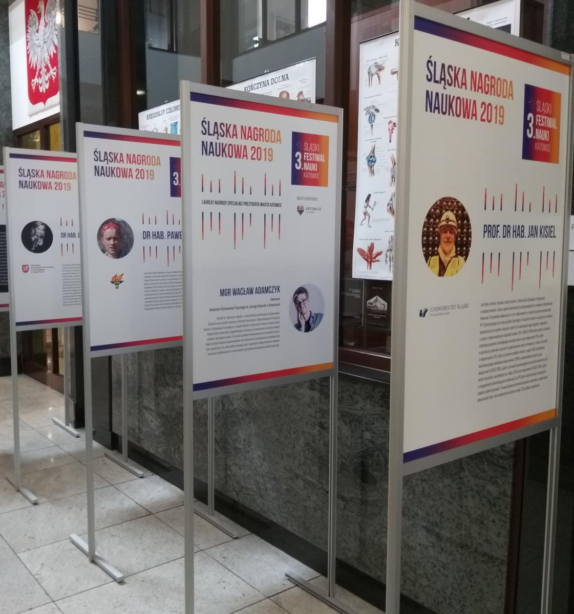 Na zdjęciu widać fragment wystawy Śląskiej Nagrody Naukowej prezentowanej w ŚUM