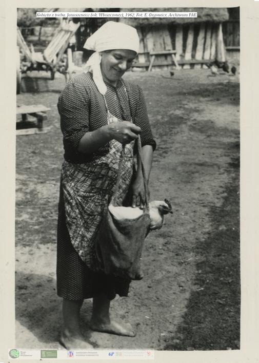Kobieta z płócienną torbą, a w torbie kogut