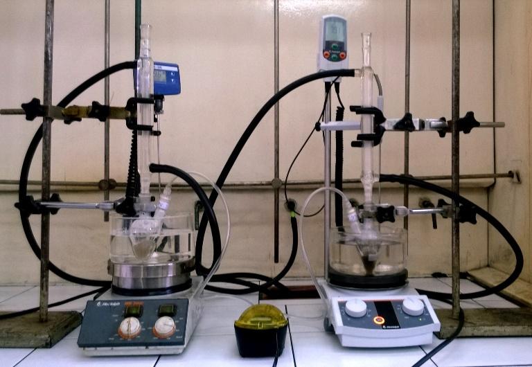 Zestaw do utleniania alkoholi powietrzem. Reakcję utleniania propano-1,2-diolu (glikol propylenowy) prowadzono dla 20 mg odpowiednio 0.1% Au/SiO2 oraz (1.0% Au; 1.0% Pd)/SiO2 w temp. 80°C przez 24 h, 300 obr/min. Fot. dr Maciej Kapkowski