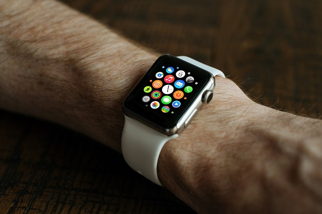 Ręka ze smartwatchem