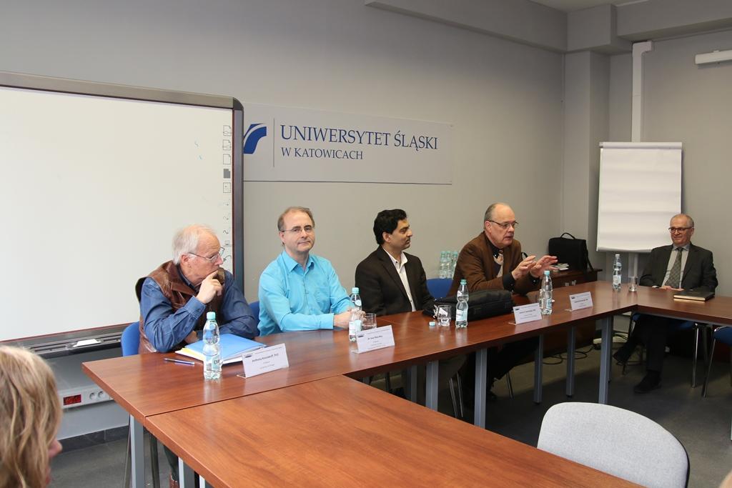 Profesorowie zgromadzeni w sali
