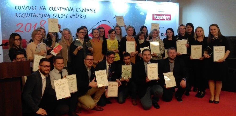 Pamiątkowe zdjęcie laureatów konkursu trzymających dyplomy