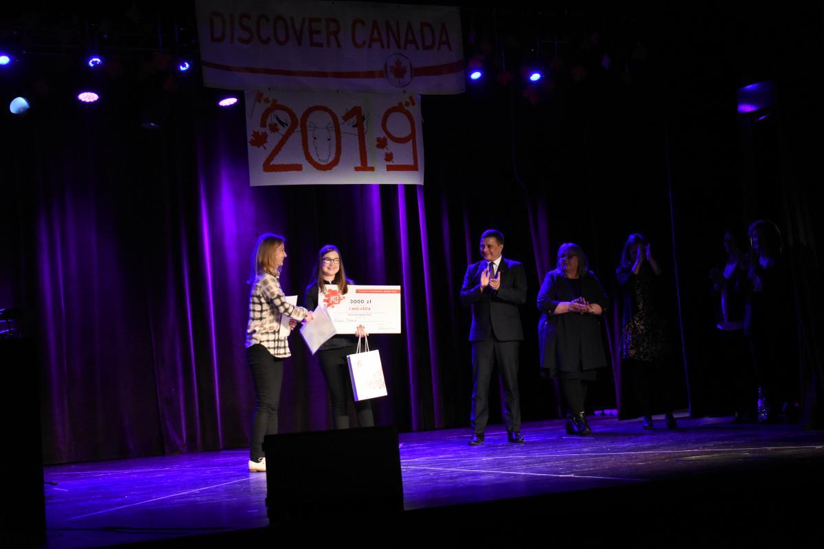 wręczenie nagród laureatom - zdobywca 1. miejsca w Discover Canada 2019
