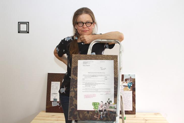 """Dr hab. Joanna Wowrzeczka prezentuje jeden z obrazów z cyklu """"Jak się uda, jestem silna"""""""