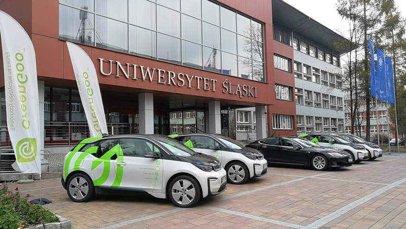 Samochody elektryczne na deptaku przed budynkiem rektoratu UŚ