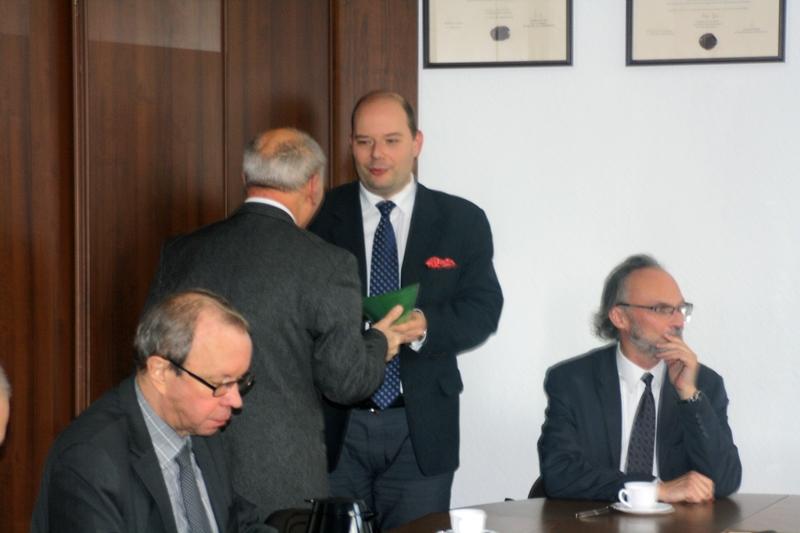 Dyplom odbiera laureat pierwszej nagrody