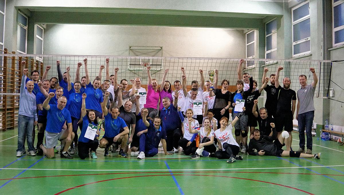 Siatkarze i siatkarki uczestniczący w pierwszych mistrzostwach pracowników UŚ