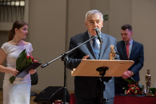 Zdjęcie: prof. Marian Pazdan odbiera nagrodę honorową