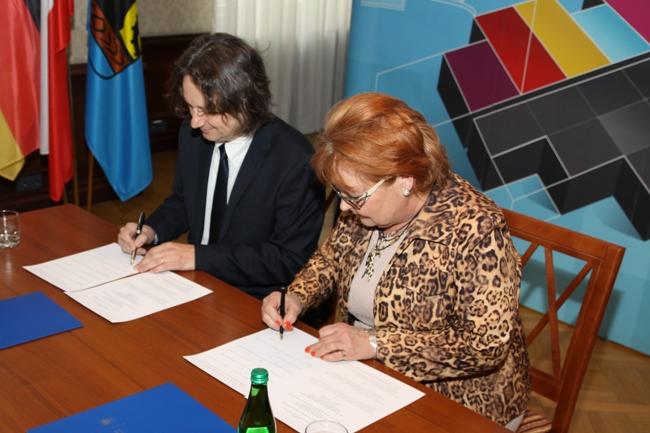 Zdjęcie: moment podpisania umowy o współpracy dydaktycznej