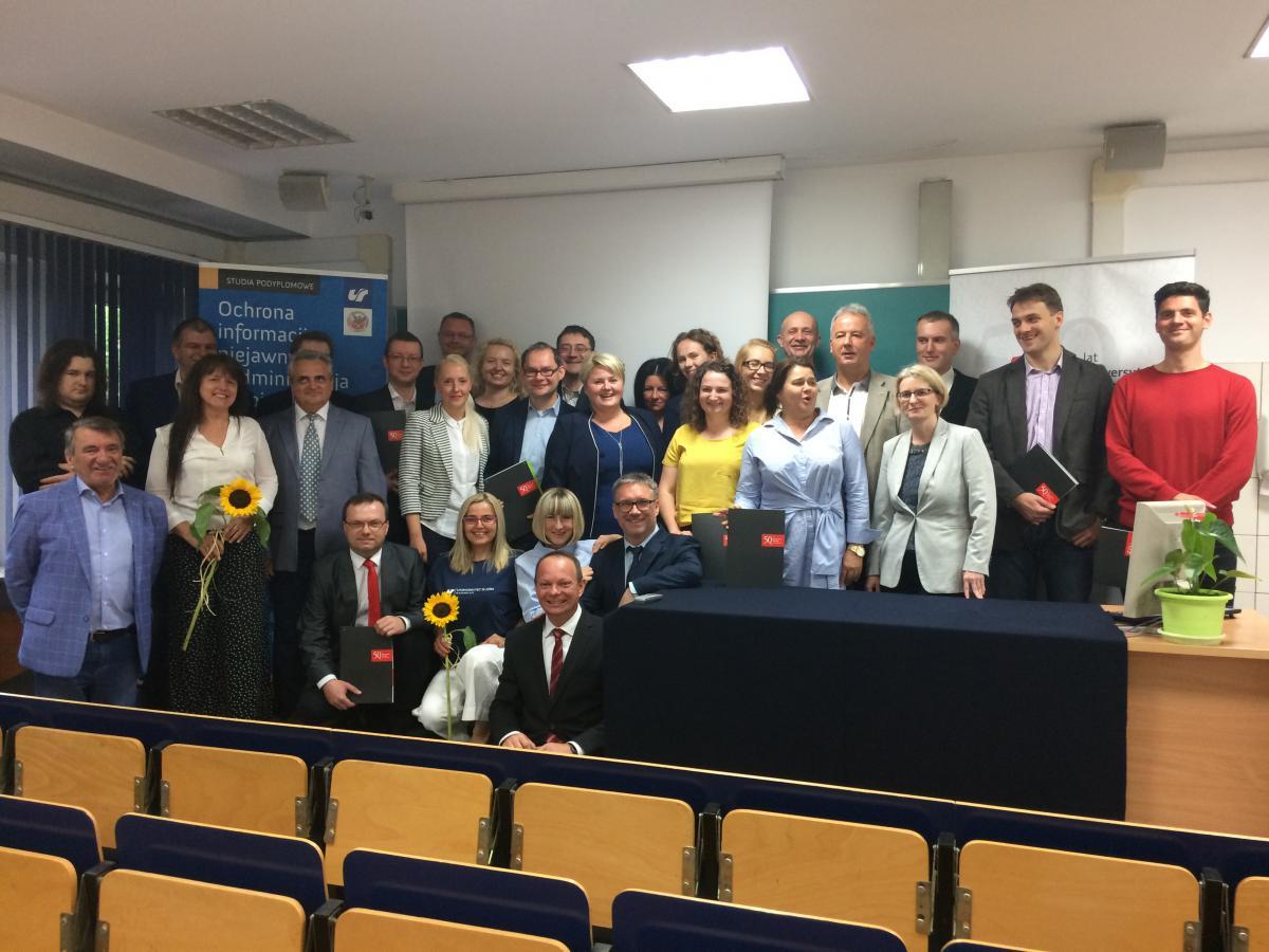 Uczestnicy uroczystości wręczenia dyplomów w XIII edycji Podyplomowych Studiów Ochrona informacji niejawnych i administracja bezpieczeństwa informacji