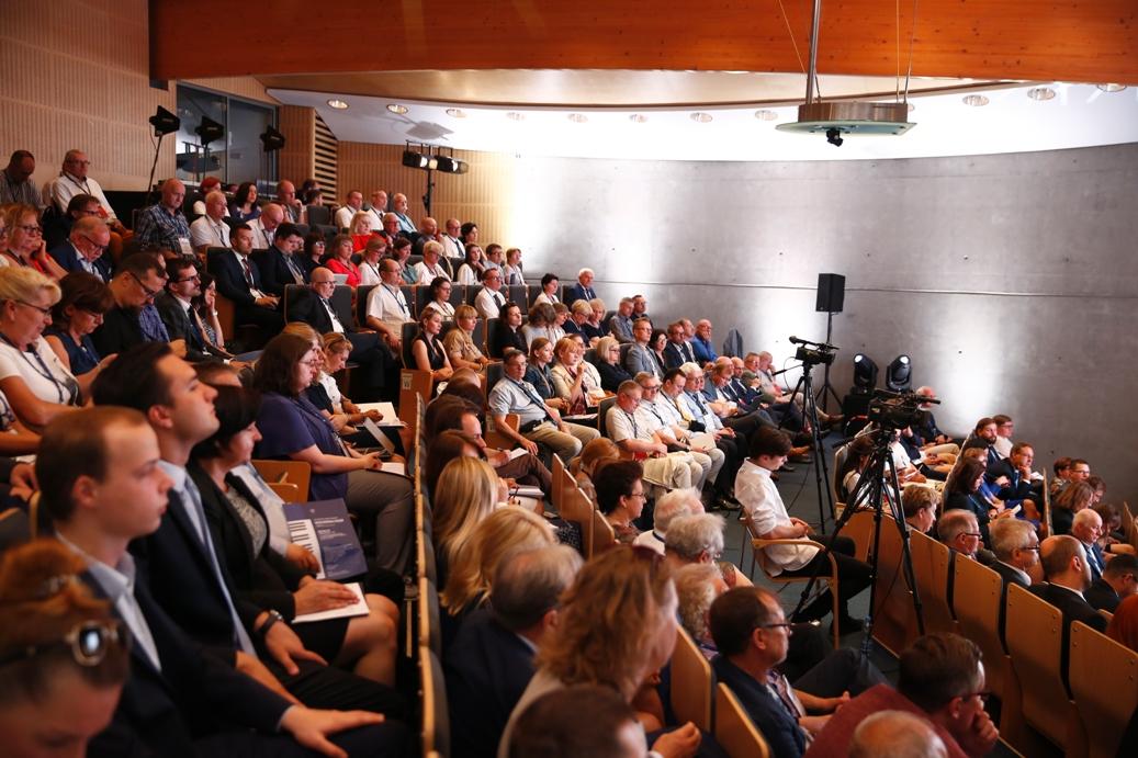 Ludzie siedzący w sali wykładowej