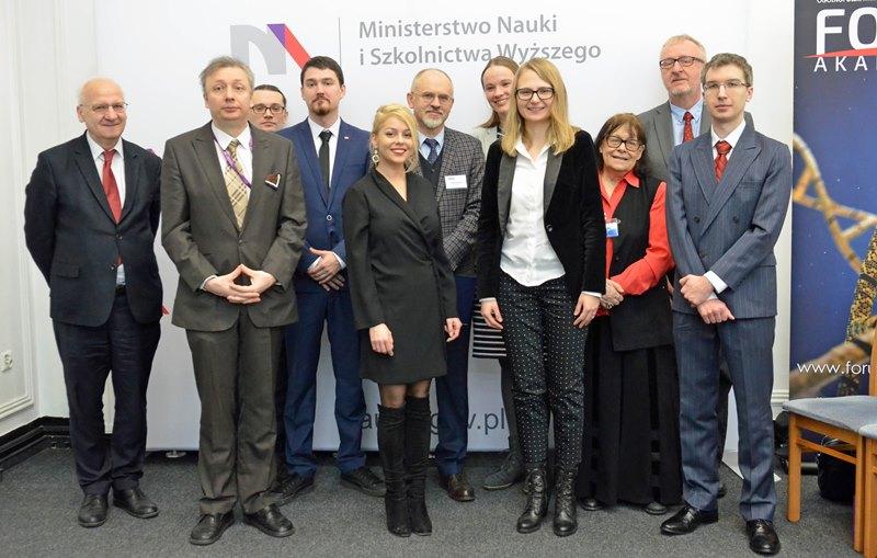 Wspólne zdjęcie uczestników uroczystości wręczenia nagród