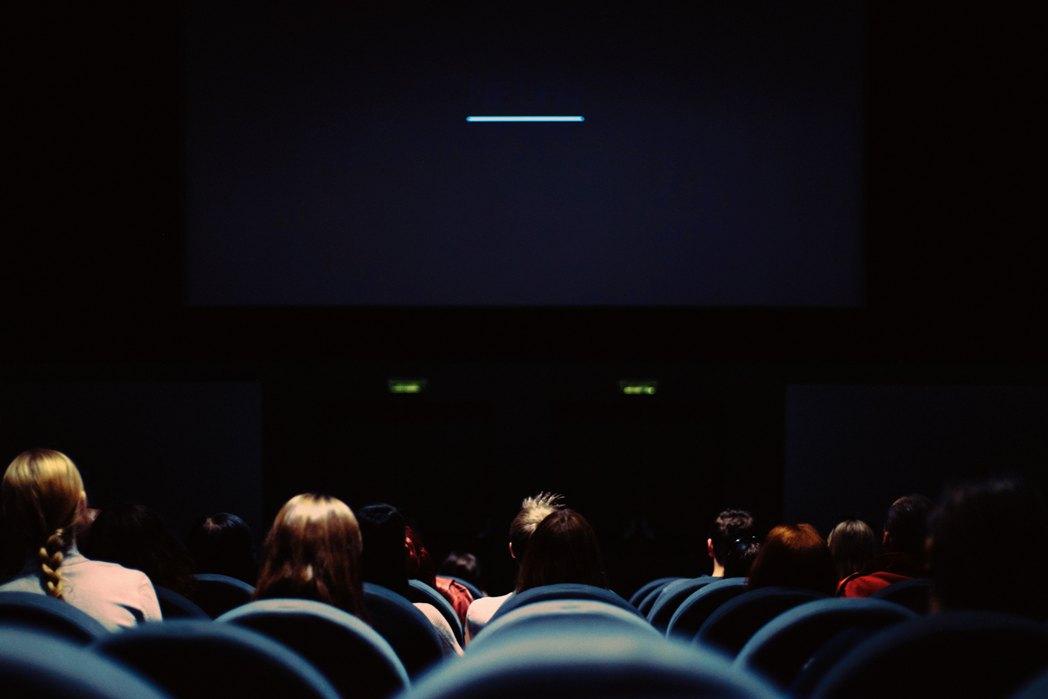 Sala kinowa, widoczne krzesła oraz głowy widzów