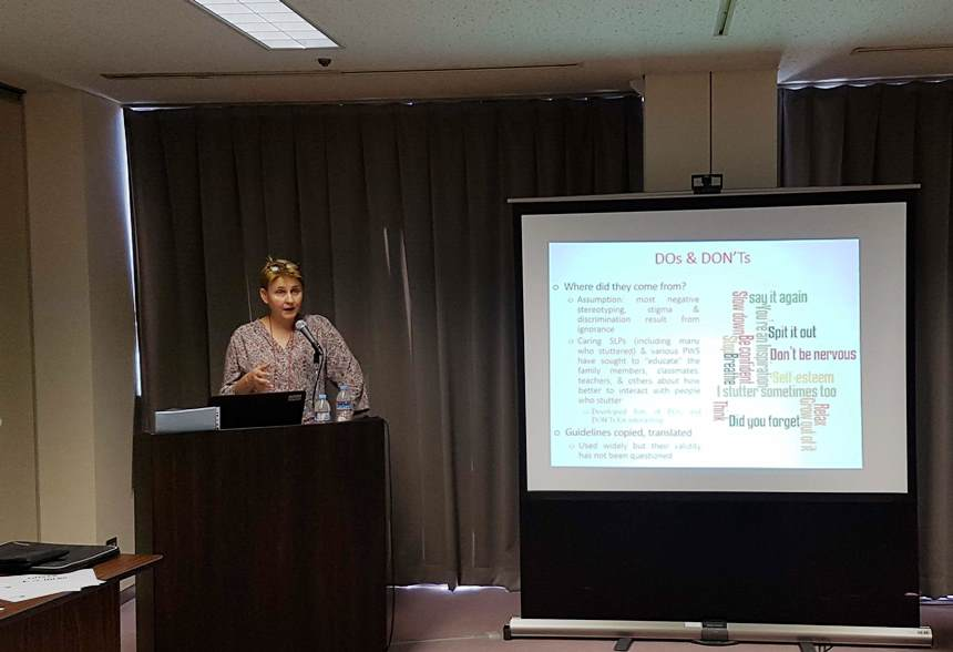 """Dr hab. Katarzyna Węsierska podczas wygłaszania odczytu na kongresie """"One World, Many Voices: Science & Community"""""""