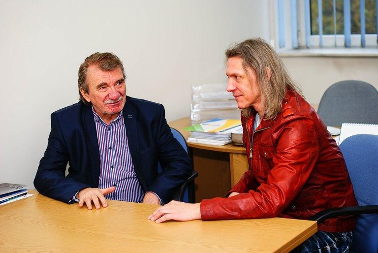 Na zdjęciu przy stoliku siedzą prof. Zygmunt Wróbel oraz dr Paweł Janik