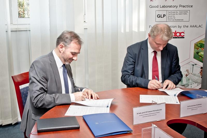 Podpisanie umowy. Prorektor ds. współpracy międzynarodowej i krajowej dr hab. prof. UŚ Tomasz Pietrzykowski oraz kierownik oddziału IPO dr Przemysław Fochtman