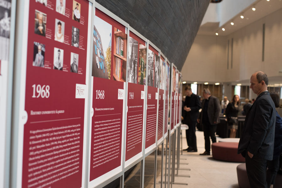 Osoby oglądające wystawę jubileuszową