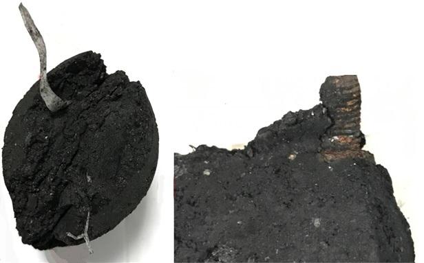 Dwie próby węgla drzewnego. Z jednej wystaje kawałek tworzywa sztucznego, z drugiej fragment zardzewiałej śruby