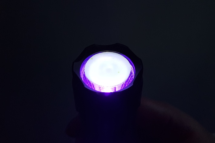 Transparentne próbki PLZT i PLZT:RE3+ podczas naświetlania promieniem UV