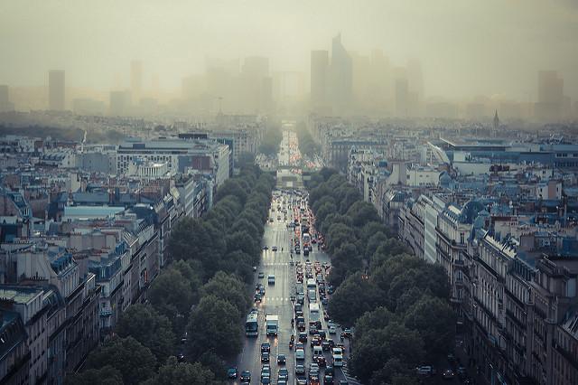 W tle smog panujący w mieście