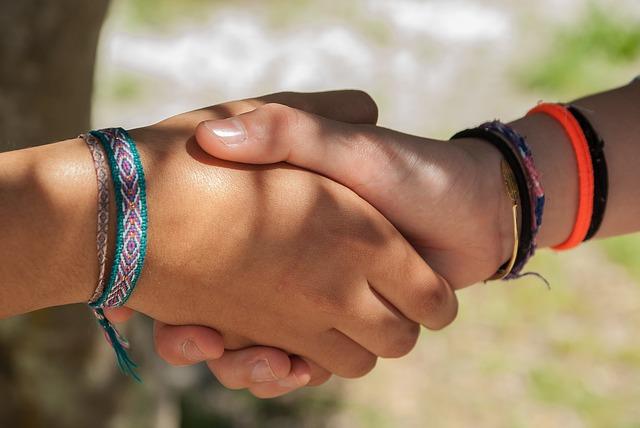 Dwie uściśnięte dłonie