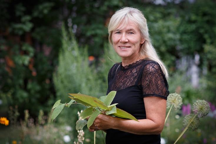 Prof. dr hab. Barbara Tokarska-Guzik prezentuje jedną z roślin inwazyjnych