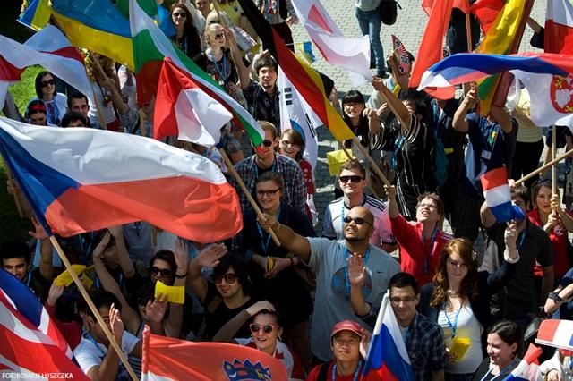 Grupa studentów zagranicznych z flagami