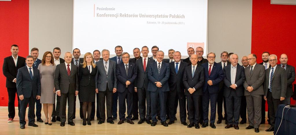 Grupowe zdjęcie uczestników posiedzenia Konferencji Rektorów Uniwersytetów Polskich