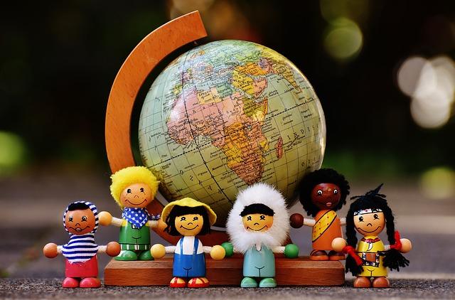 figurki dzieci z różnych stron świata