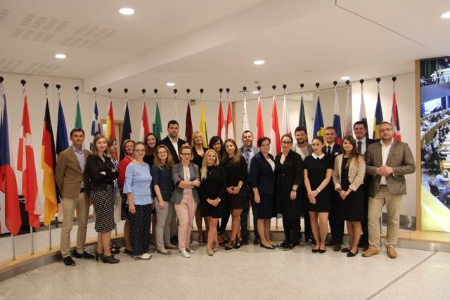 Uczestnicy Akademii Dyplomacji na tle flag różnych państw