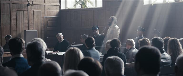 Kadr z filmu. Sala sądowa – zeznaje oskarżony Wiesław Kalicki.