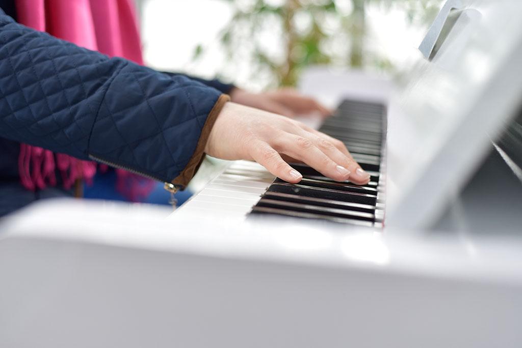 Gra na pianinie, zbliżenie na dłonie