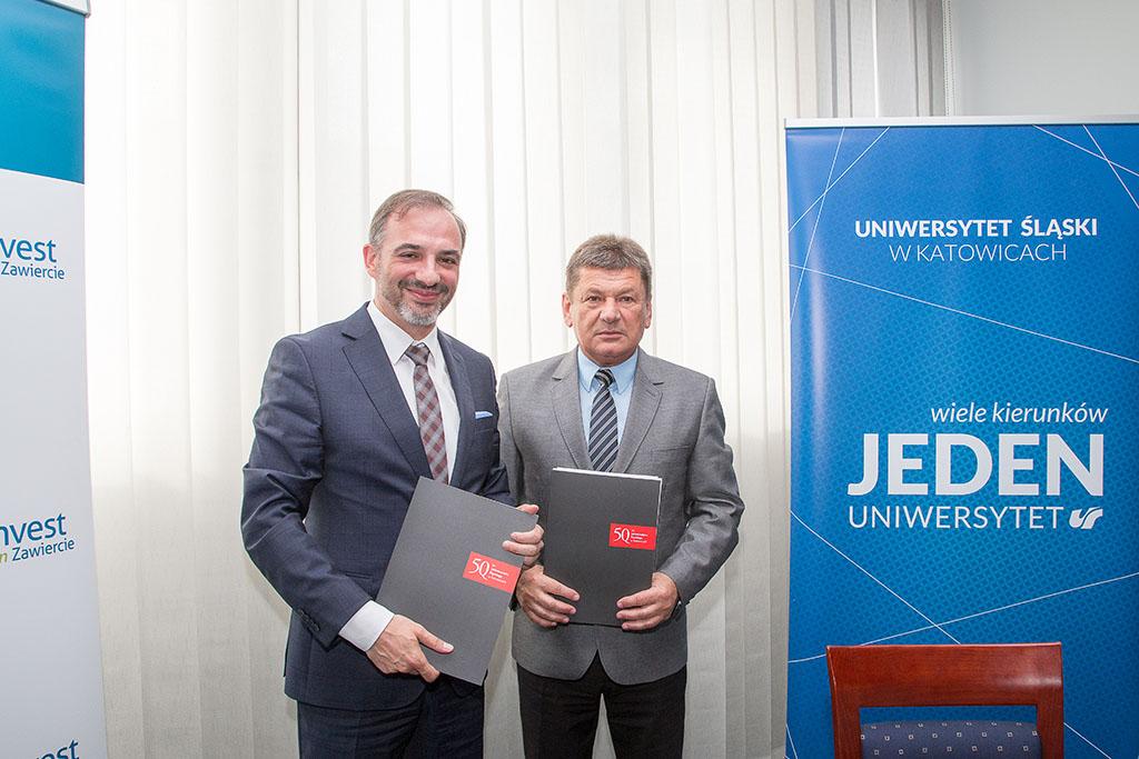 Prorektor dr hab. prof. UŚ Tomasz Pietrzykowski oraz prezydent Zawiercia Witold Grim