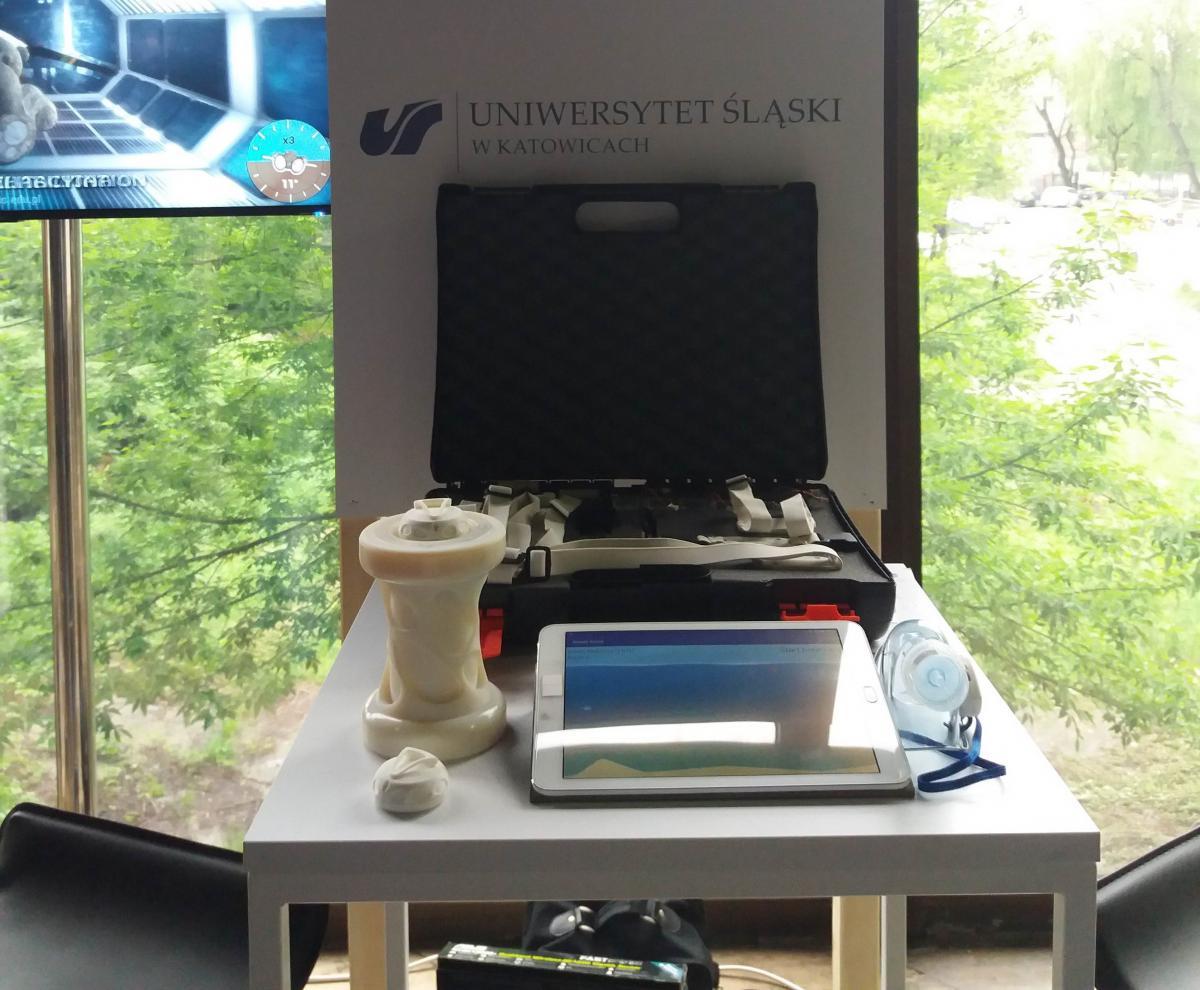 Na zdjęciu widoczny jest sprzęt prezentowany przez pracowników UŚ.