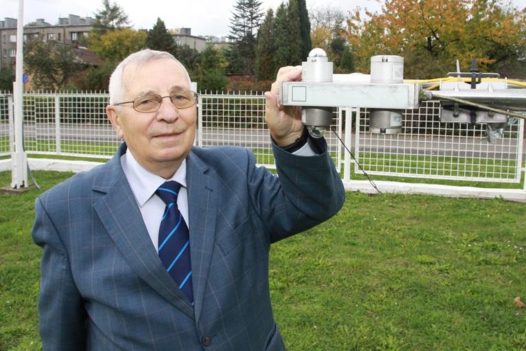 Na zdjęciu: prof. Tadeusz Niedźwiedź w ogródku meteorologicznym