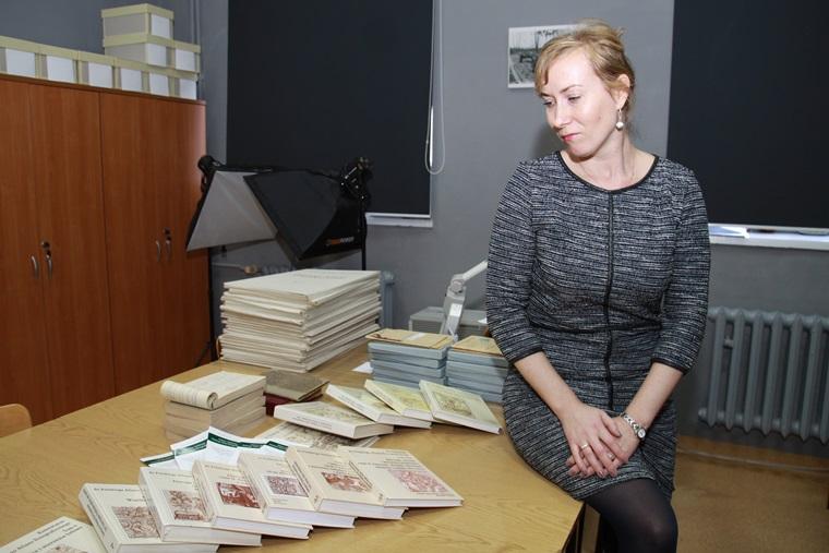 Dr Agnieszka Pieńczak w Pracowni PAE prezentuje zbiór publikacji dotyczących atlasowych materiałów