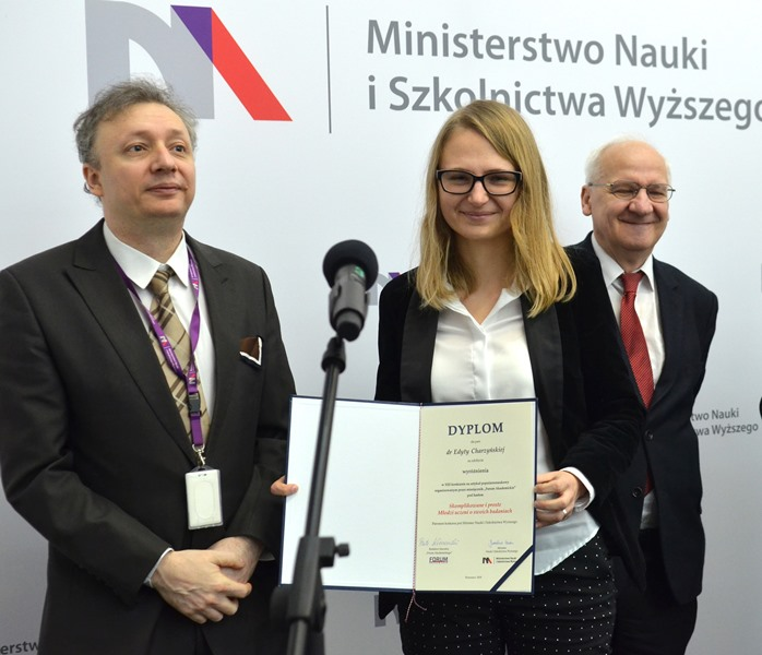 Dyplom odbiera dr Edyta Charzyńska