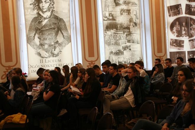 Młodzież słuchająca wystąpienia na auli