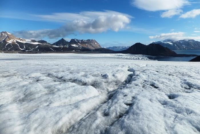 Lodowiec Hansa, który uchodzi do fiordu Hornsund, należy do najlepiej zbadanych lodowców Arktyki