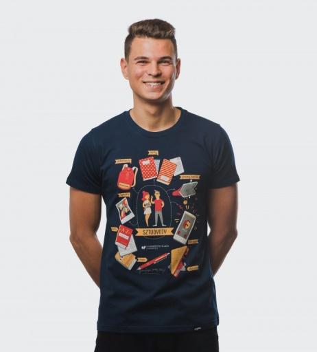 Chłopak prezentuje koszulkę promocyjną UŚ